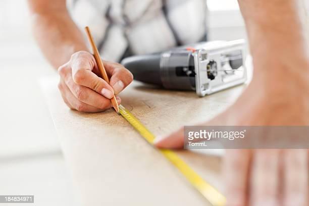 Travailleur de la Construction avec ruban à mesurer