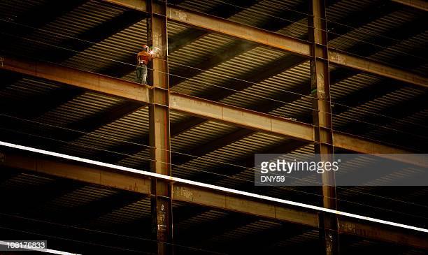 Bau Arbeiter Schweißen Lichtstrahl auf hohe Aufstieg Gebäude