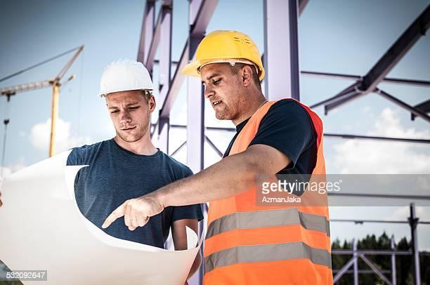 Bauarbeiter, die Werkzeuge