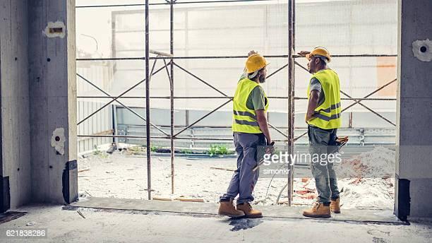 Discuter des travailleurs de la Construction