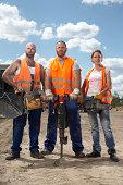 3 Bauarbeitern, die Maschinen