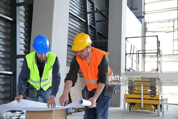 建設作業員である建設現場に位置