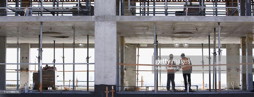 Travailleurs de la construction debout ensemble sur un site de construction : Photo