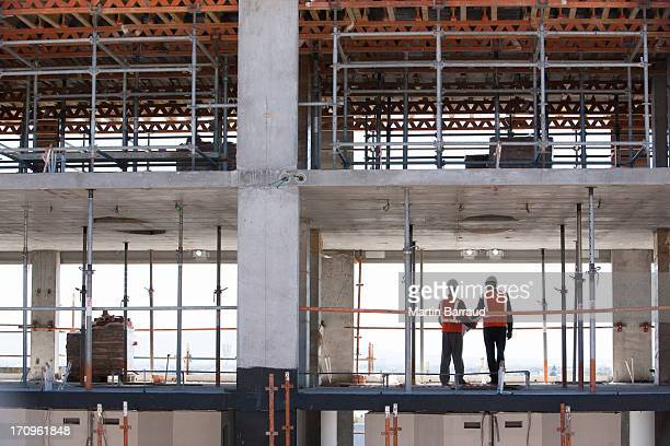 Bauarbeiter stehen zusammen auf Baustelle