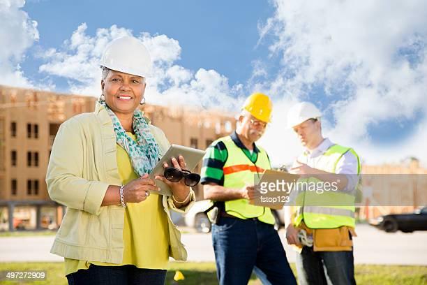 Bauarbeiter, Ingenieur reden leitender Mitarbeiter im job-Website.