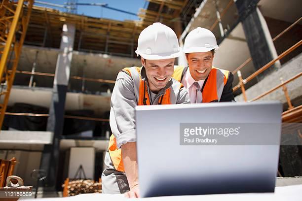 建設作業員のラップトップを使用して建設現場
