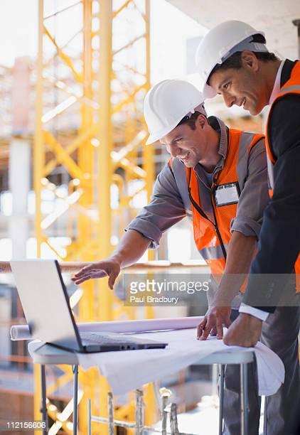 Bau Arbeiter mit laptop auf Baustelle