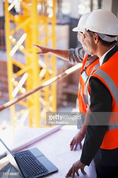 Operai edili al lavoro sul luogo di costruzione