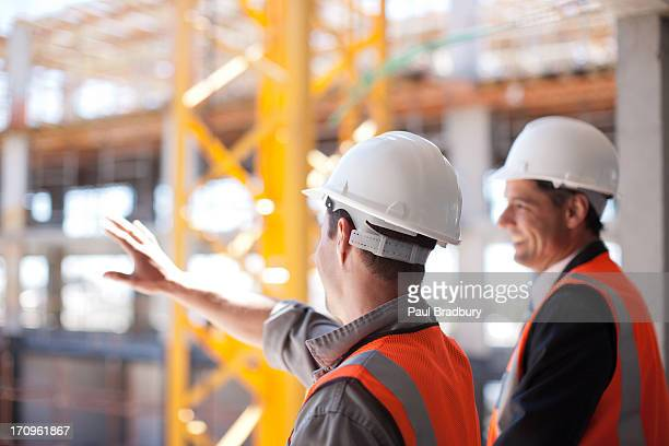 Trabajadores de la construcción en sitio de construcción