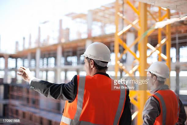 Ouvriers de construction travaillant sur un chantier de construction