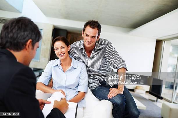Consultant Beratung ein junges Paar zu Hause fühlen