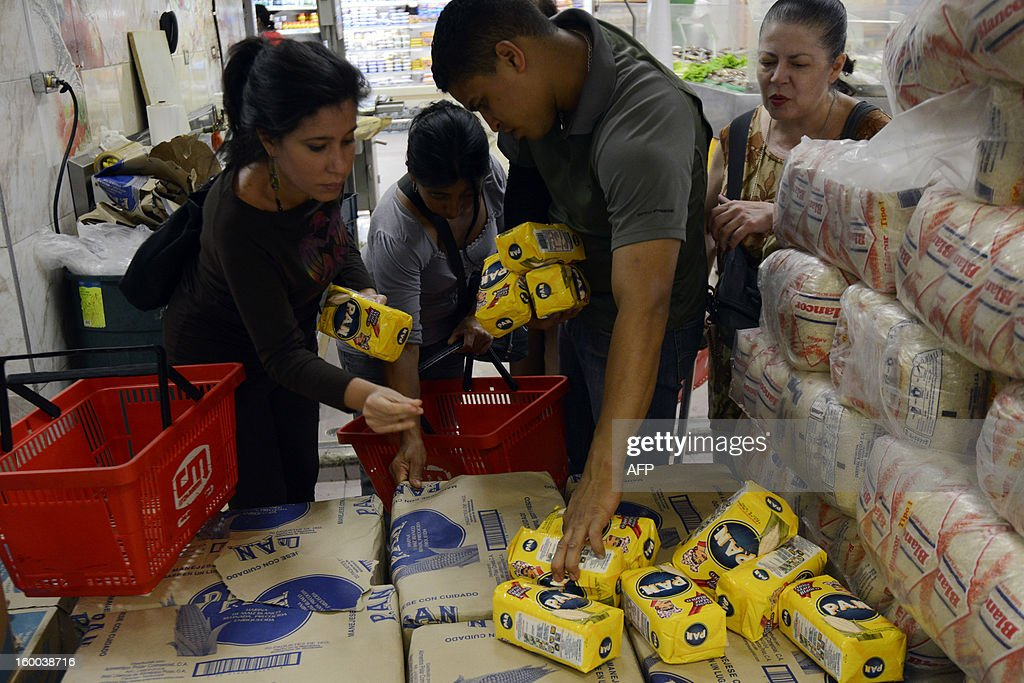 Consummers buy cornmeal, one of the rationed goods in Venezuela, in a supermarket in Caracas on January 22, 2012. According to the Central Bank (BCV) shortage of goods reached 16.3% in December 2012, the highest number in the last four years. AFP PHOTO / Leo RAMIREZ