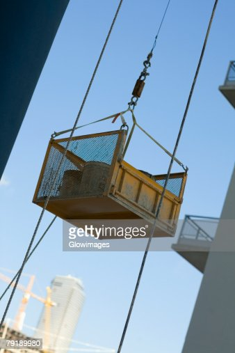 Container attached to the pulley of a lift : Foto de stock