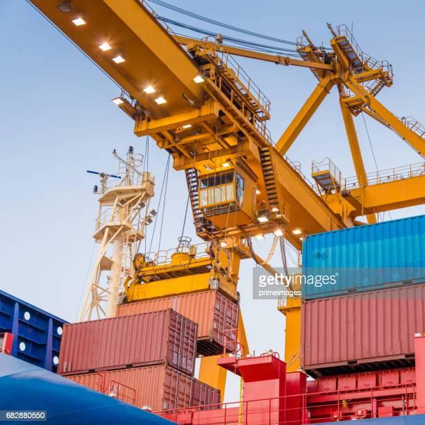 Container Cargo Fracht versenden mit Kran-Brücke in der Werft