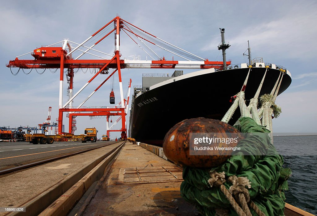 A container loads onto a truck at international shipping terminal on May 18, 2013 in Kobe, Japan. Japan's economy recently shows the sign of recovery as the growth of last quarter was 0.9 percent, or 3.5 percent on annual basis.