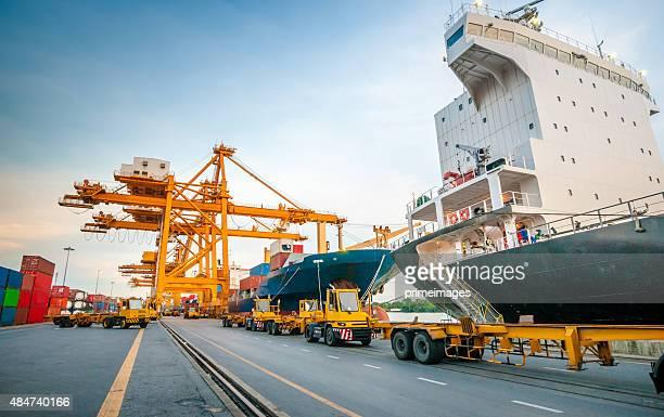 Contenitore nave nel porto in Asia,