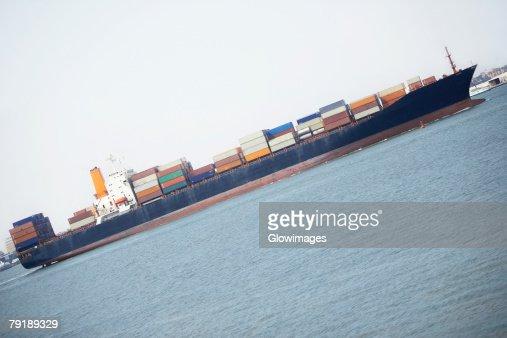 Container ship in the river, Patriot's Point, Charleston Harbor, Charleston, South Carolina, USA : Foto de stock