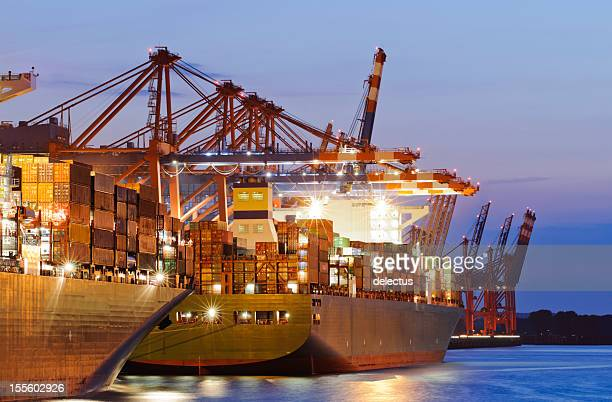 Container-Schiffe im Hafen