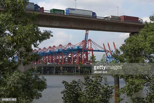 ContainerLKWVerkehr auf der Köhlbrandbrücke nahe des Containerterminals EUROGATE im Stadtteil Waltershof im Hamburger Hafen