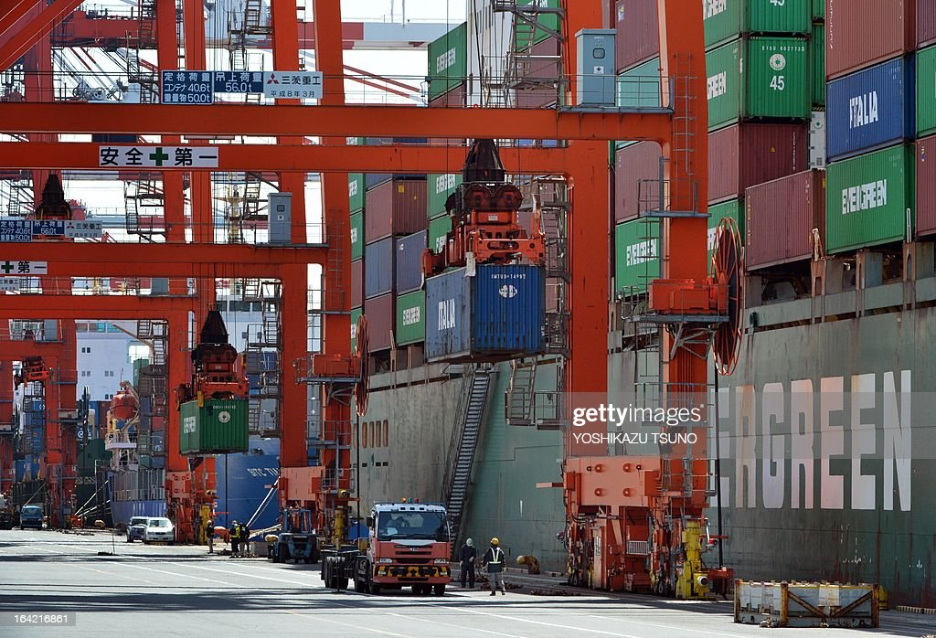 Containers are unloaded from an international freighter at the international cargo terminal in Tokyo on March 21, 2013. Japan logged a trade deficit of 8.1 billion USD in February, reversing a year-earlier surplus as a weaker yen pushed import costs up. AFP PHOTO / Yoshikazu TSUNO