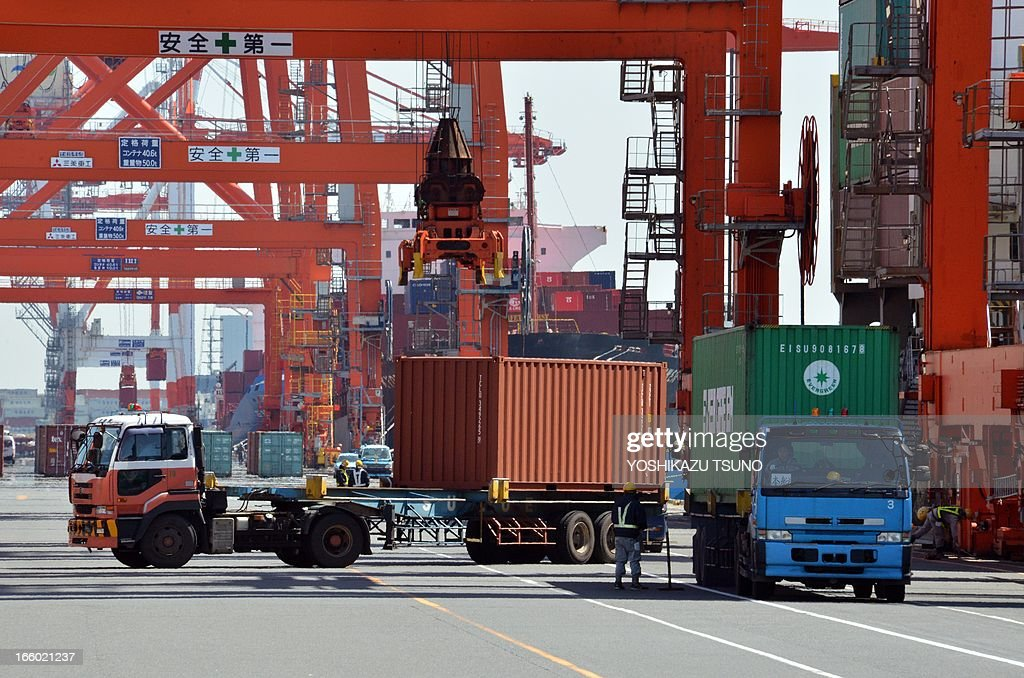 Containers are unloaded from an international freighter at the international cargo terminal in Tokyo on April 8, 2013. Japan posted its first current account surplus in four months in February, reflecting narrower trade deficits and robust income receipts from investments overseas. AFP PHOTO / Yoshikazu TSUNO