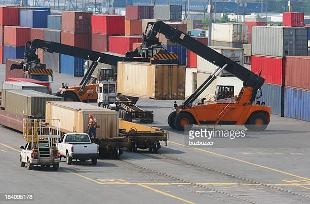 Container Versand Yard und Ausstattung