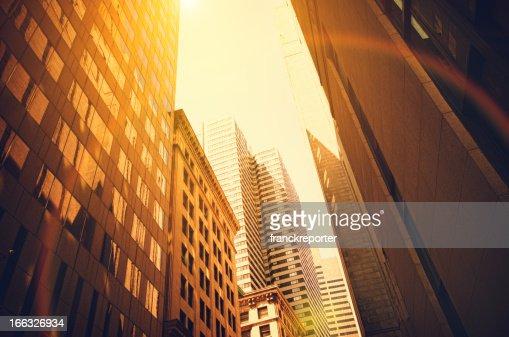現代的なボストンの街並みと太陽