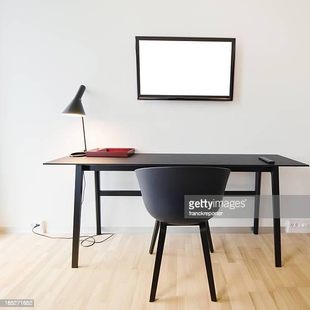 モダンなデスクでオフィスとテレビ