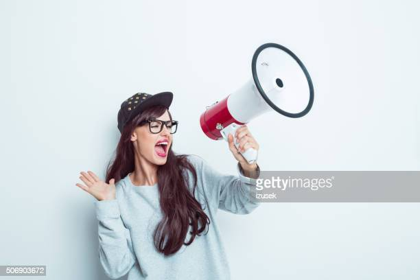 Moderne Mädchen schreien auf Megafon