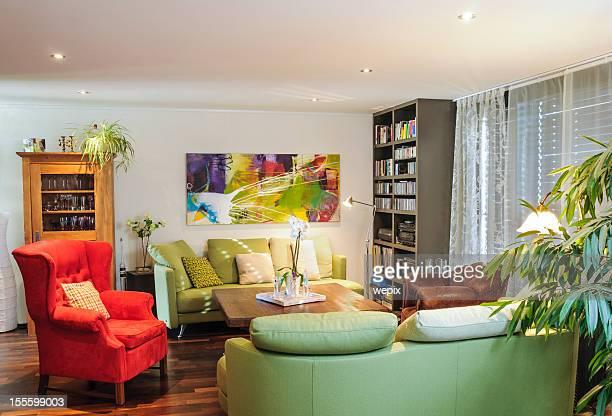 Canapé contemporain de la salle dotée d'un placard fancy fauteuil rouge