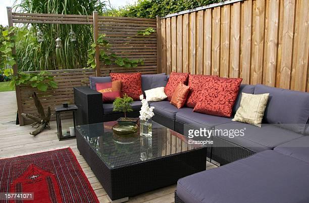 Moderne Terrasse mit großen Weidenkorb Couch. Garten-design