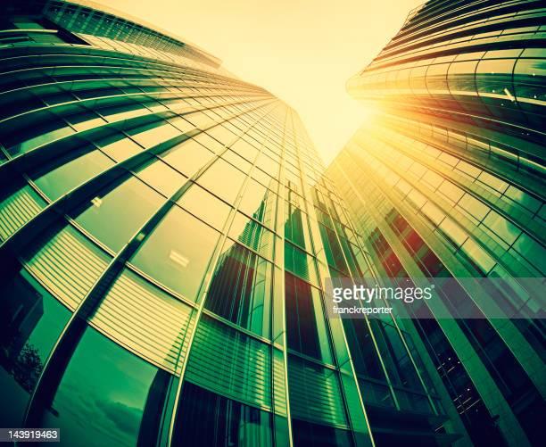 Contemporánea de rascacielos contra la luz del sol