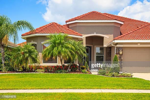 Moderne gehobene Hause mit Palmen