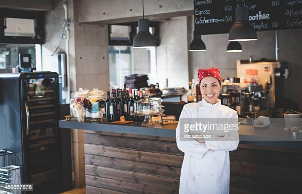 Asiática contenido del Chef junto a la barra