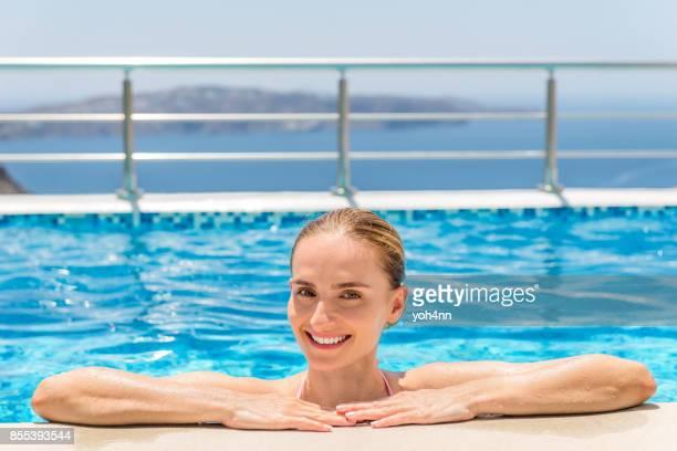 Contenu pour se détendre dans la piscine