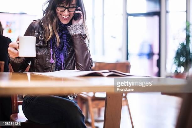 Contenu femme au café sur le téléphone