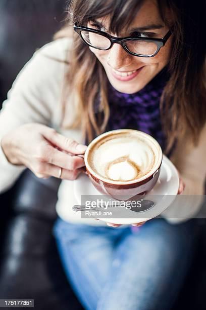 Contenido mujer con un café con leche