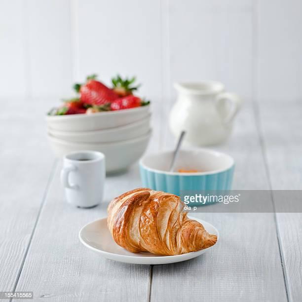 Petit déjeuner avec café et croissant.