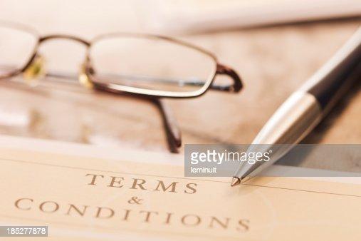Gros plan d'un contrat avec une paire de lunettes et crayon