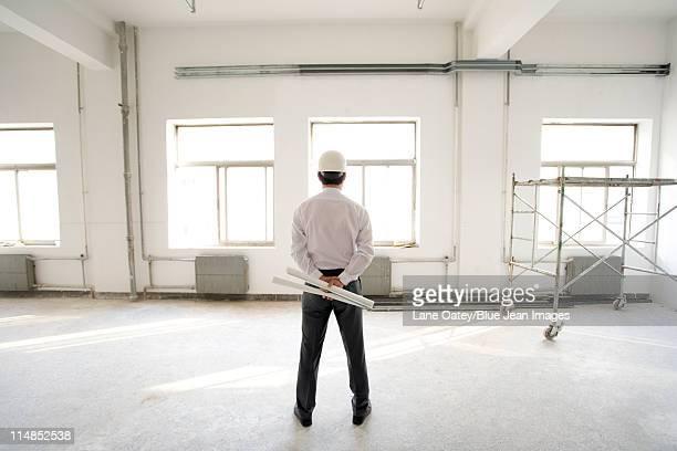 Entrepreneur penser sur un site de construction