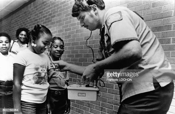 Contrôle de radioactivé sur les enfants près l'explosion d'un missile à tête nucléaire Titan II dans un silo de la base de Damascus en Arkansas aux...