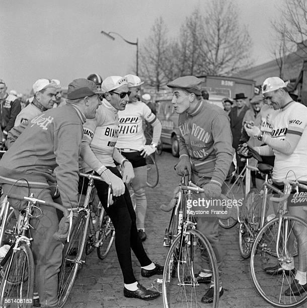 Contrôle des cyclistes participant à la course ParisNice à la Porte de Versailles parmi lesquels André Darrigade Fausto Coppi et Jacques Anquetil le...