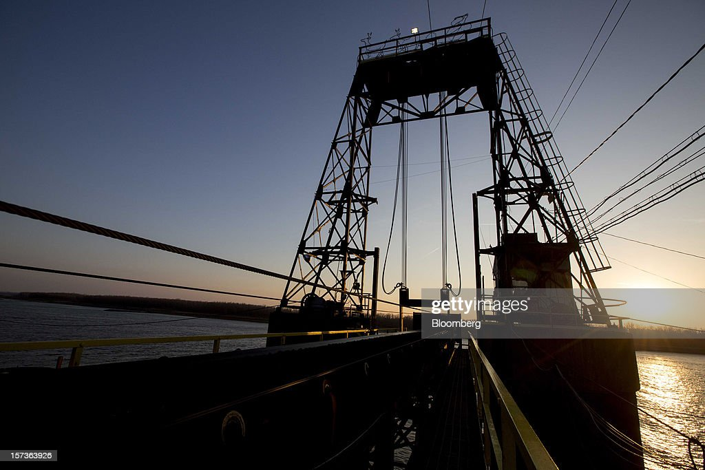 A conveyor belt carries coal to a barge along the Mississippi River at Knight Hawk Coal LLC in Chester, Illinois, U.S., on Friday, Nov. 30, 2012. The family-owned Knight Hawk employs 400 people and has another 300 contractors, including about 140 truck drivers. The company has never had layoffs since it opened in 1998, said Andrew Carter, vice president of sales and distribution. A blocked Mississippi could change that. Photographer: Whitney Curtis/Bloomberg via Getty Images