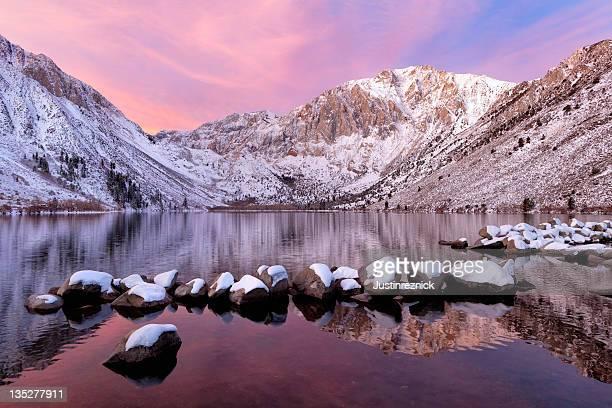 Convict Lac avec les montagnes et la neige