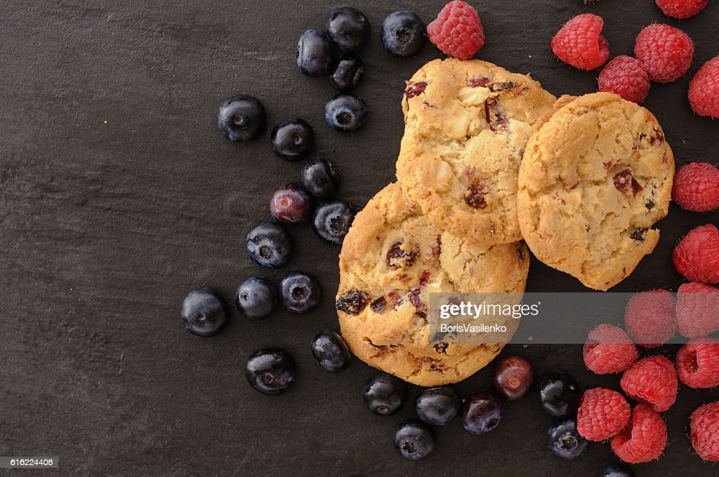 cookies raspberries blueberries : ストックフォト