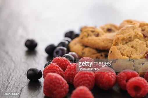 cookies raspberries blueberries : Bildbanksbilder