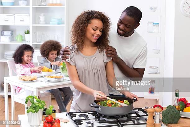 Família cozinhar refeição