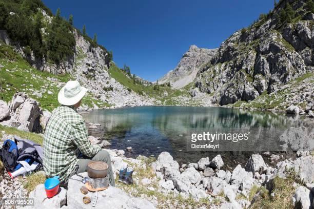 Kochen in den Bergen am See Seeleinsee im Nationalpark Berchtesgaden