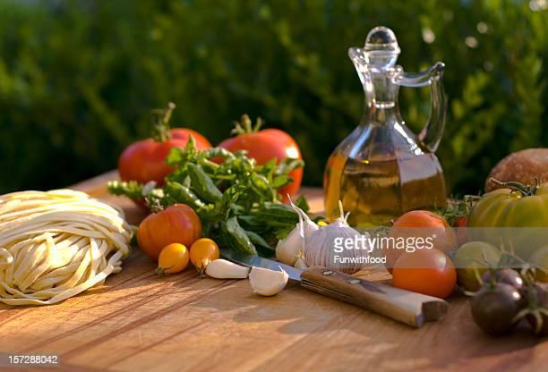Cocinar con ingredientes & aceite de oliva, vegetales comida italiana, pastas para la cena.