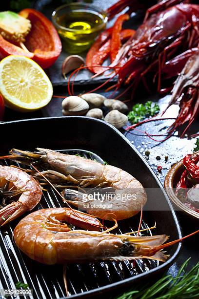 Cooking shrimps in a grill